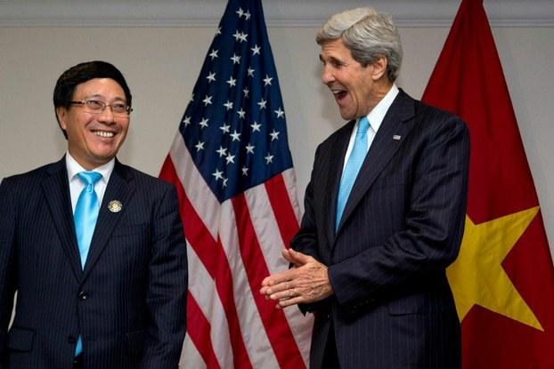 Ngoại trưởng Mỹ John Kerry (P) và Bộ trưởng Ngoại giao Việt Nam Phạm Bình Minh gặp nhau trong cuộc họp cấp Bộ trưởng ASEAN tại Brunei ngày 02 tháng 7 năm 2013.